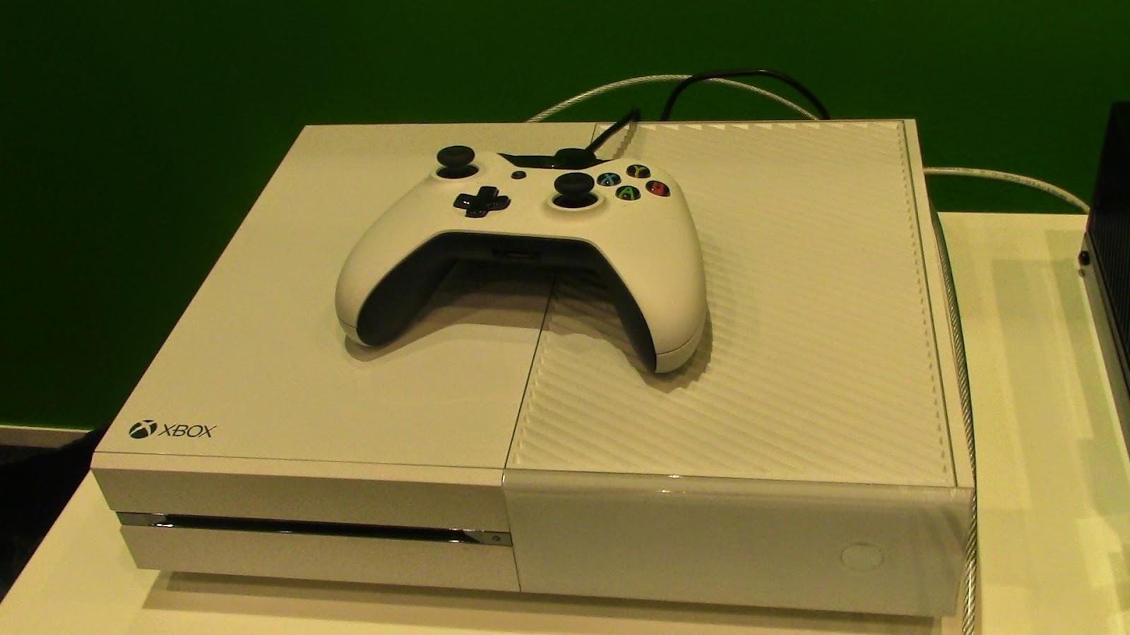 """""""Живые"""" фотографии приставки Xbox One в белом цвете"""