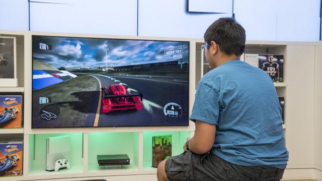 Microsoft начинает устанавливать демо-стенды с Xbox One X в магазины