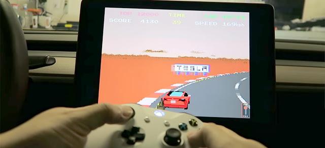 Аарон Гринберг играет на геймпаде Xbox One в Tesla