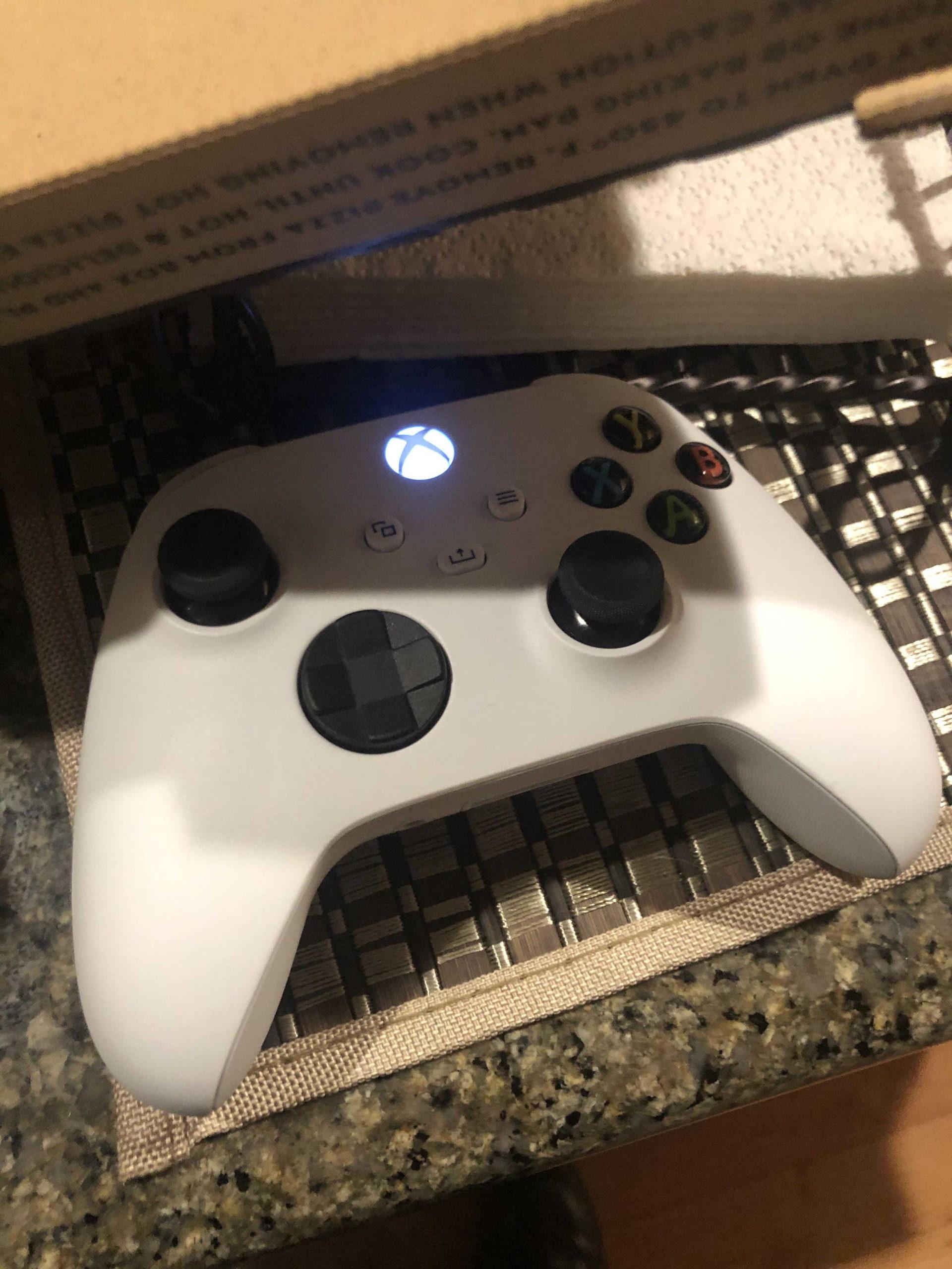 В сети появилось фото белого геймпада Xbox Series X, возможно это геймпад Xbox Series S