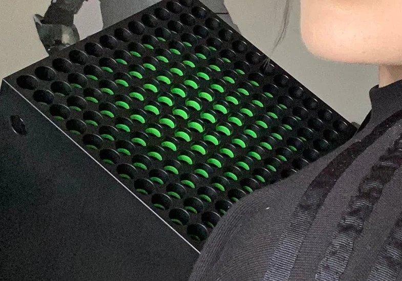 Верхнюю зеленую часть Xbox Series X показали на фото