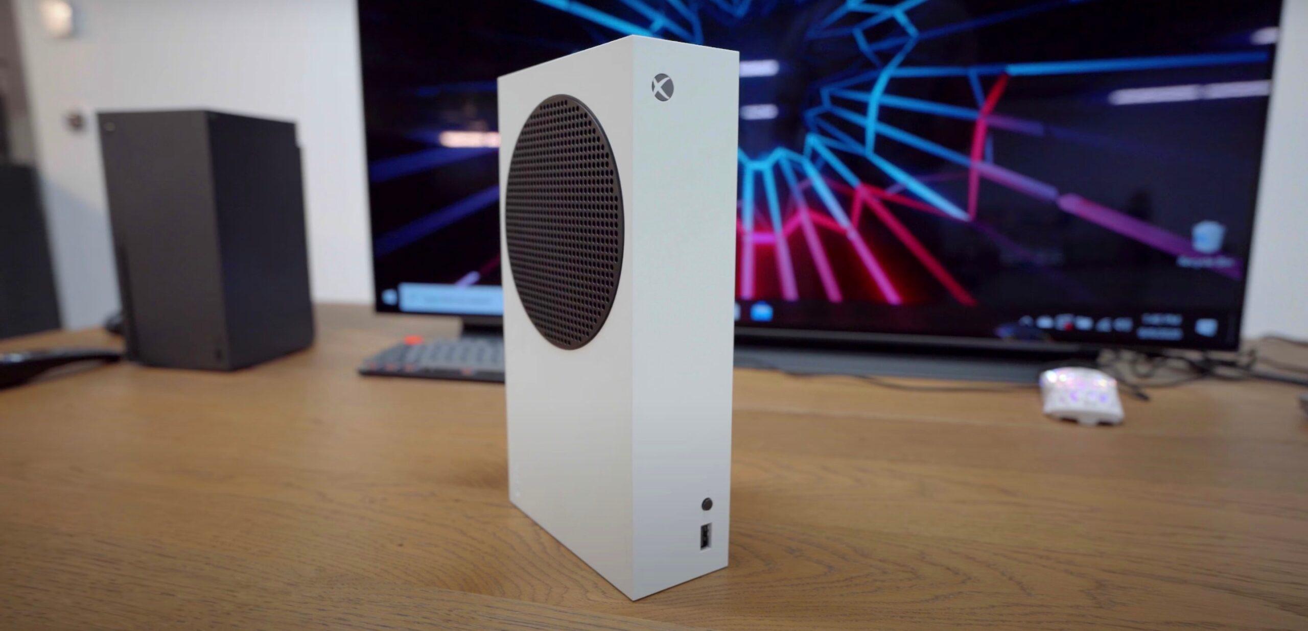Xbox Series X | S можно ставить вертикально и горизонтально, но подставку на старшей модели не снять
