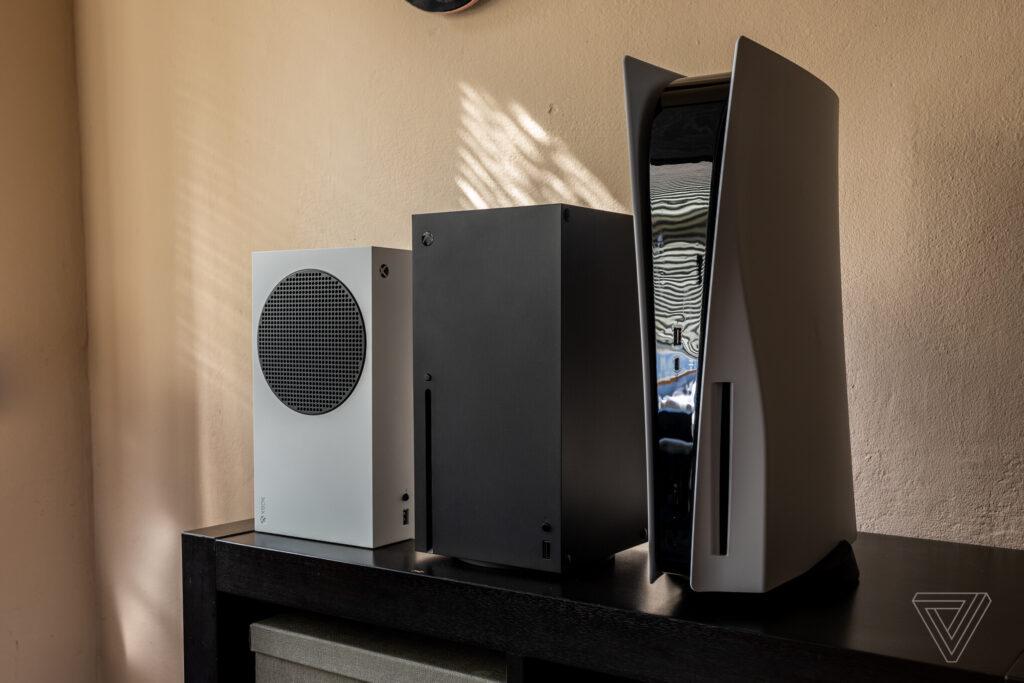 Сравнение размеров Xbox Series X | S и Playstation 5 на реальных устройствах